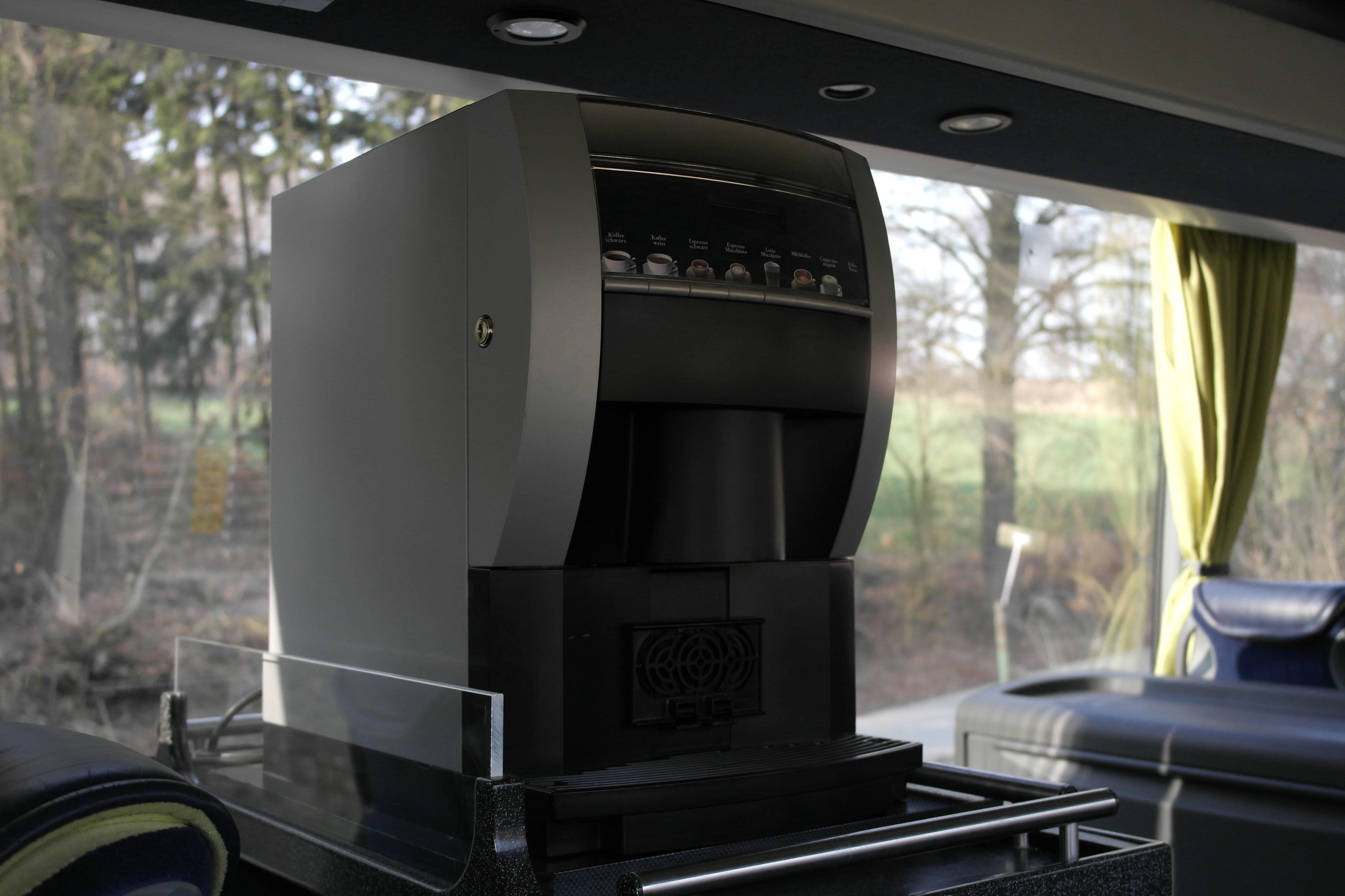 Kaffeevollautomat im Mercedes-Benz Travego - Individuelle Busreisen mit der EWG Busreisen GmbH