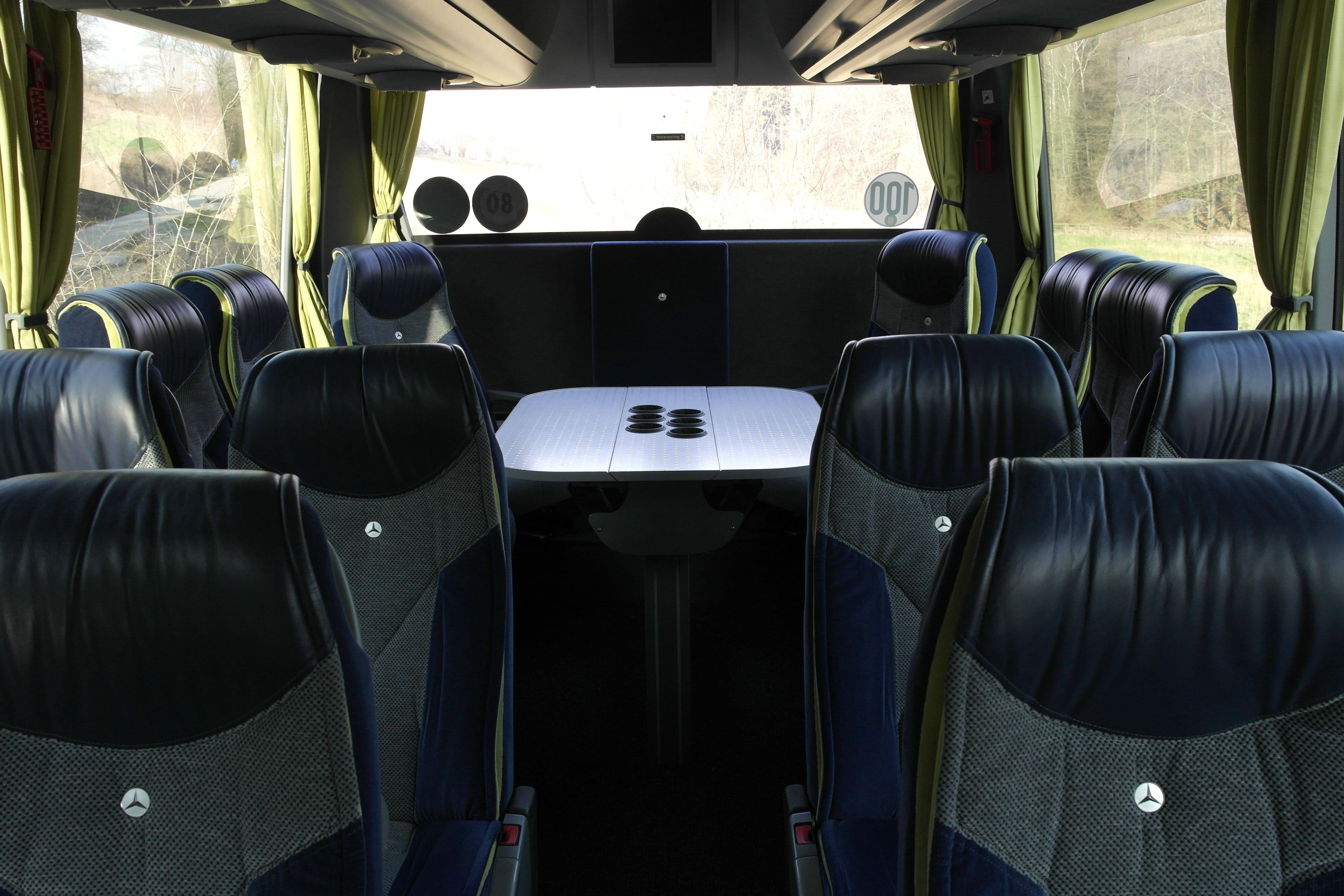 Rundsitzecke im Mercedes-Benz Travego - Individuelle Busreisen mit der EWG Busreisen GmbH