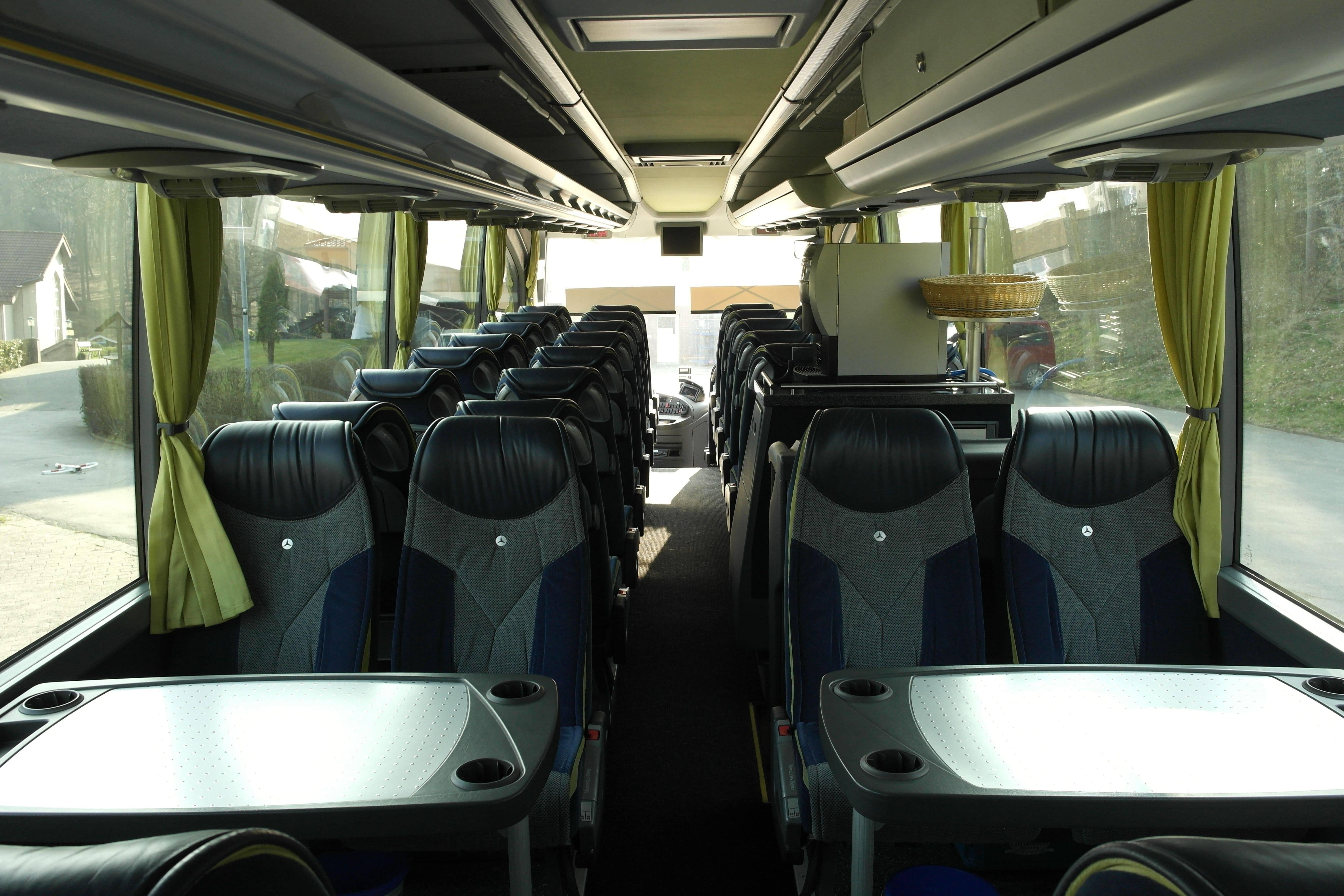 Tische links und rechts im Mercedes-Benz Travego - Individuelle Busreisen mit der EWG Busreisen GmbH
